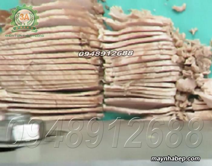 Thịt lợn đã sơ chế được thái lát mỏng bằng Máy cắt rau củ 2,2Kw