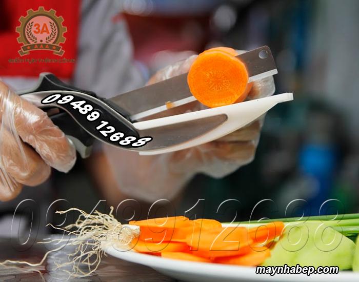 Kéo đa năng Clever Cutter 3A3in1 được sử dụng để cắt cà rốt