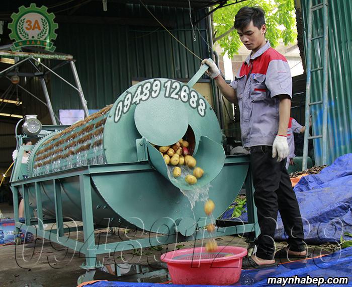 Kỹ thuật viên vận hành Máy rửa củ quả nông sản bằng xơ dừa 3A3Kw