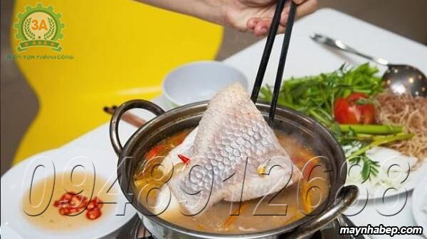 Cho cá vào nồi nước canh đã nấu trước