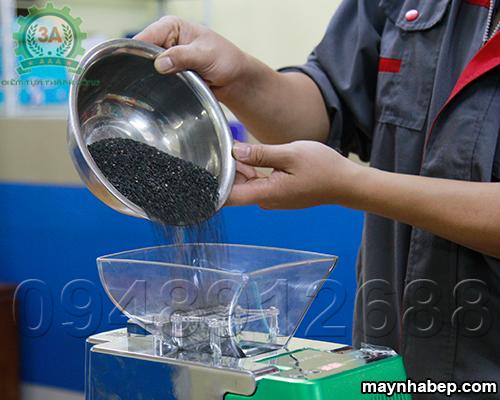 Cho nguyên liệu vừng vào Máy ép dầu lạc vừng điện tử 3A
