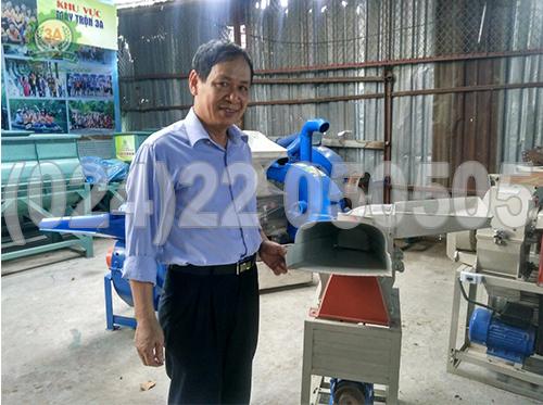 Chú Phạm Công Quyền bên cạnh máy xay bột khô 3A2,2Kw
